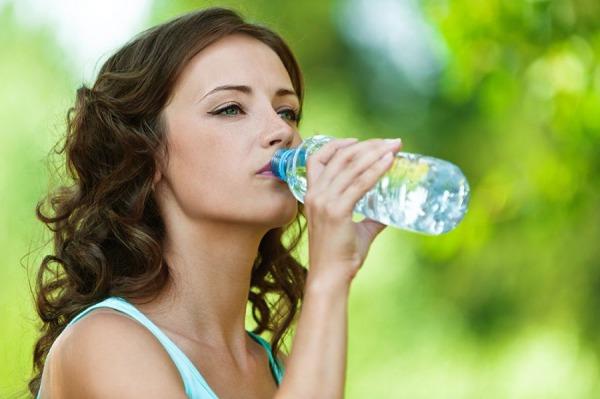 água ajuda a eliminar a celulite