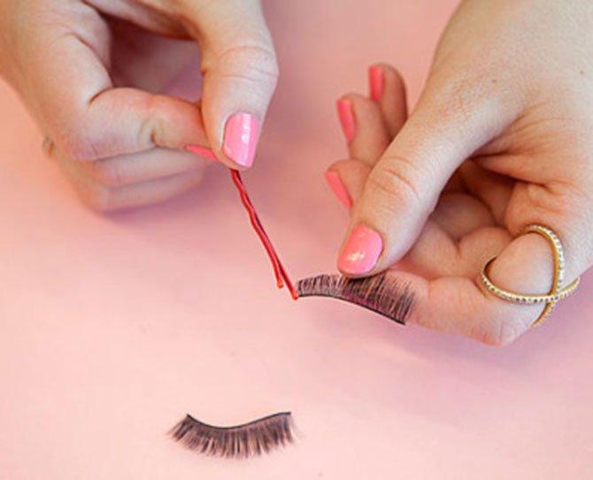 aplique a cola nos cílios postiços com grampo de cabelo