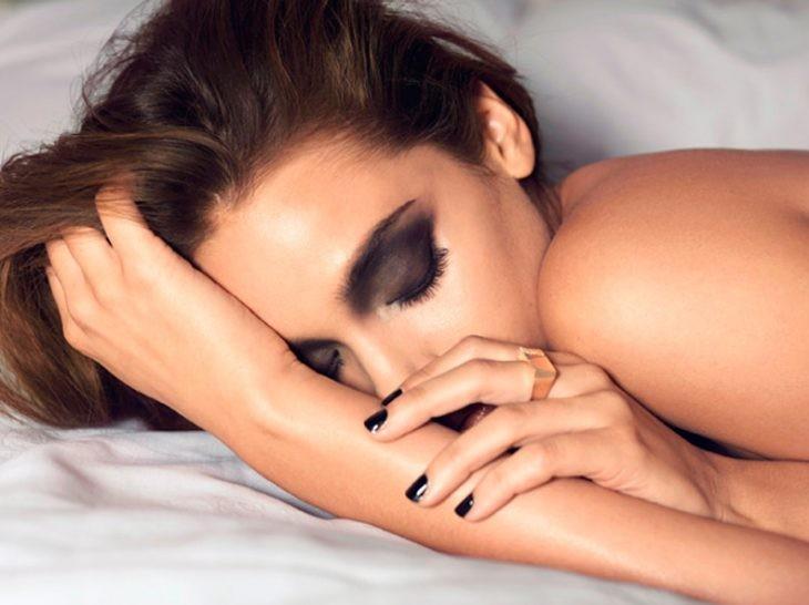 tudo bem dormir com maquiagem