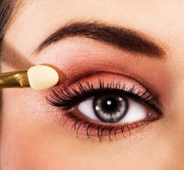 aplicar o delineador de acordo com o olho