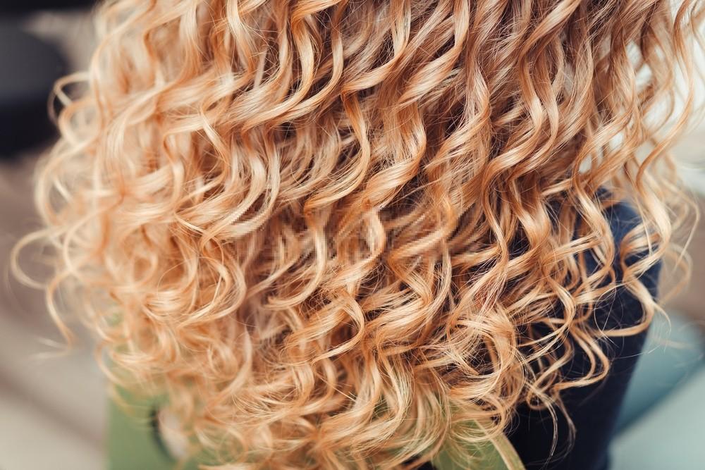 cuidados com o cabelo loiro cacheado
