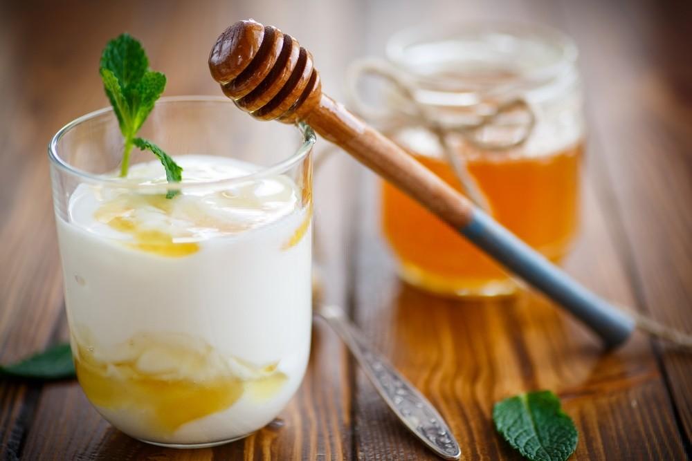 mascara de iogurte e mel para hidratar o cabelo danificado