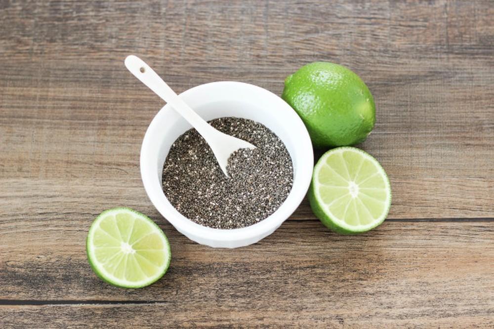 agua com sementes de chia e limao