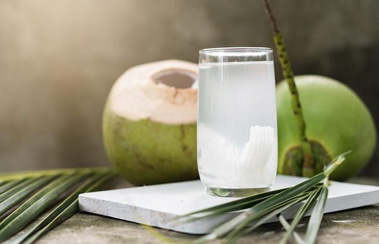 4 receitas caseiras com água de coco para cabelo!