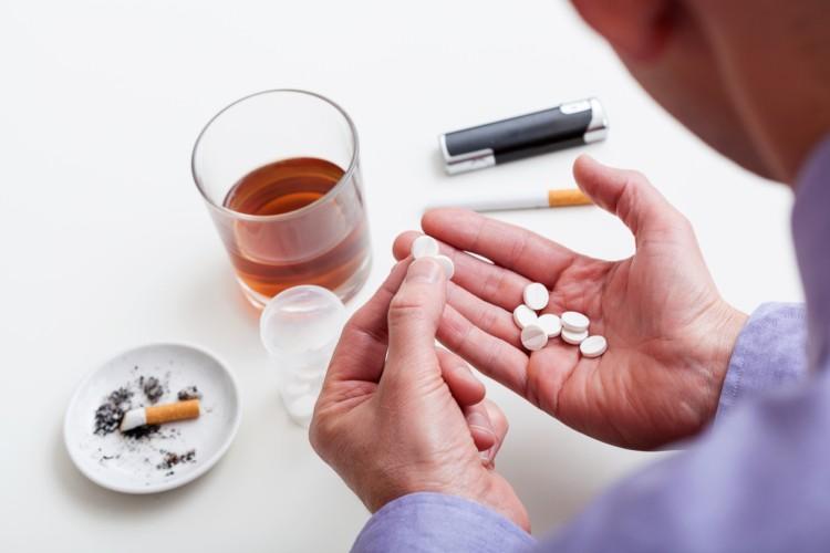 quais são as causas da intoxicação alcoólica?