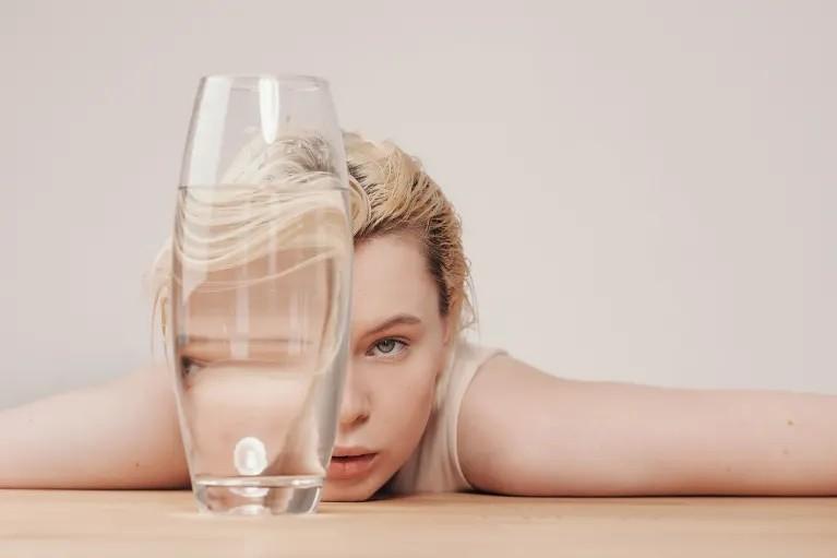 beber água ajuda manter pele limpa e saudável