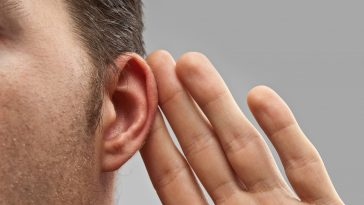quais as causas de ouvido entupido?