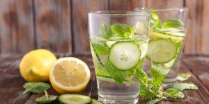 agua morna com limao para desintoxicar e emagrecer