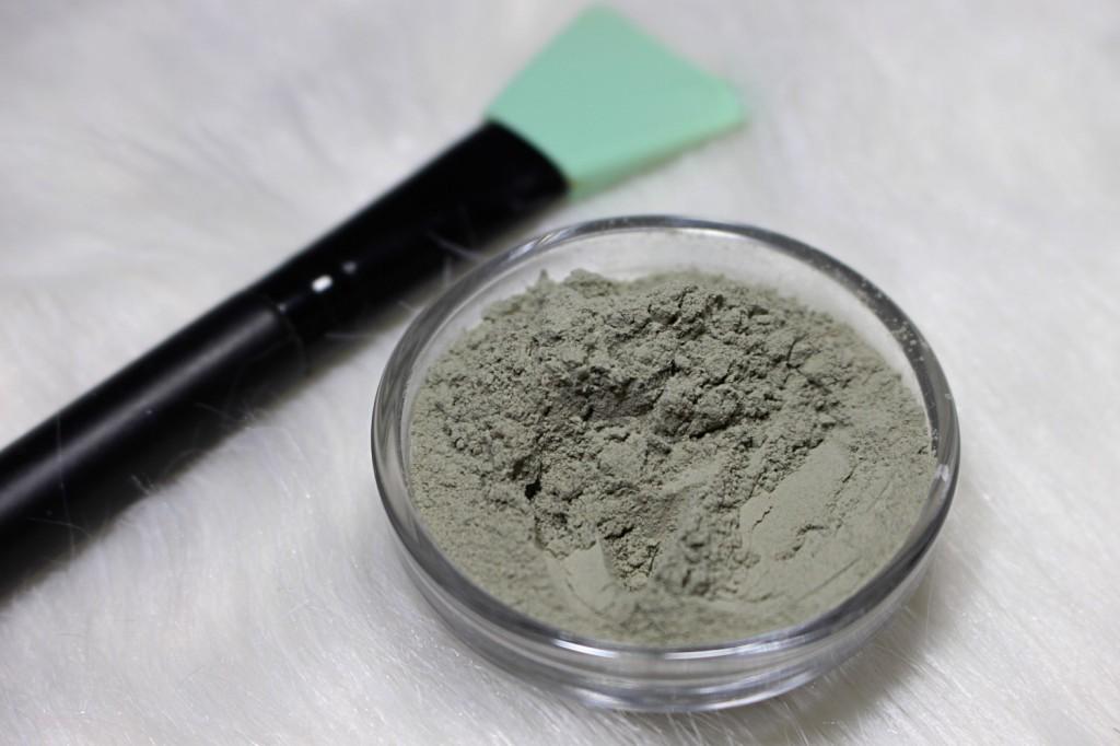 argila cinza no rosto