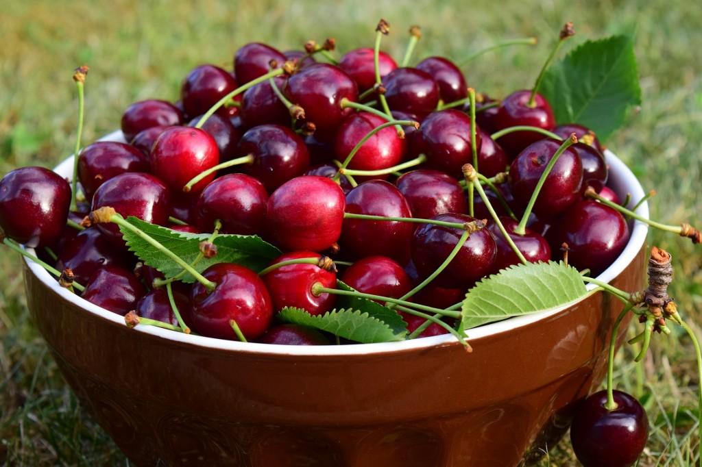 cerejas vermelhas e um das frutas vermelhas