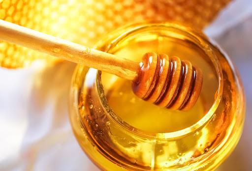 mel no rosto